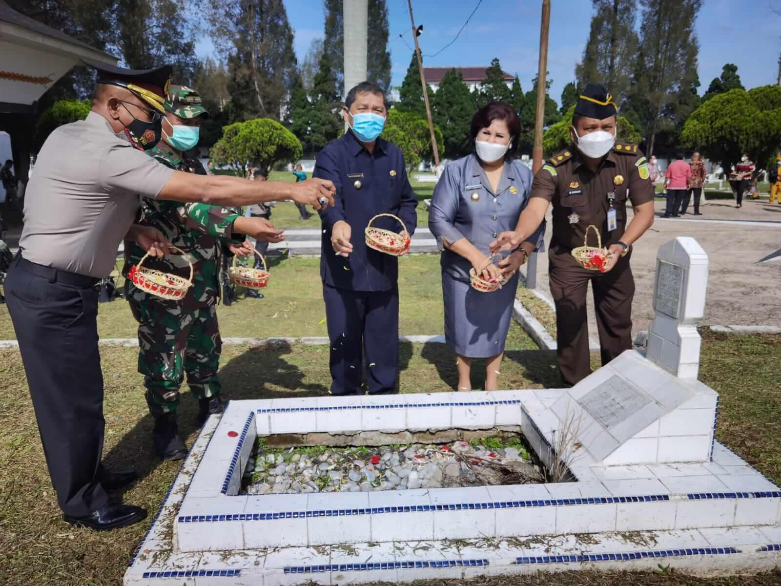 Bupati Karo Bersama Wakil Bupati Karo didampingi Perwakilan Forkopimda adakan kegiatan Tabur Bunga bersama, Di Makam Pahlawan Kabanjahe. Jumat,(9/4/2021)