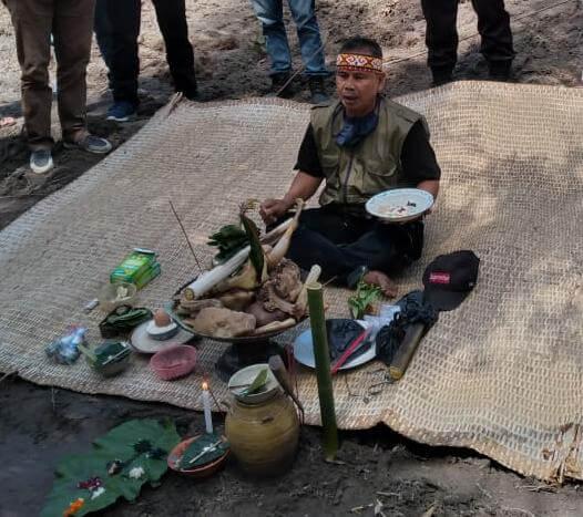 Rosani, imam adat, membuka acara adat