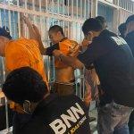 Petugas BNN Karo dan petugas lapas saat melakukan penggeledahan terhadap WBP dan di hunian para narapidana.